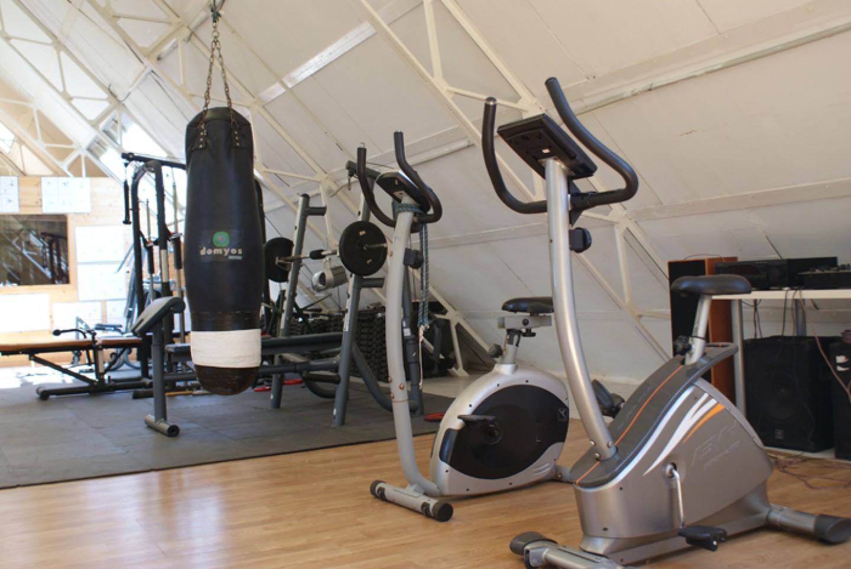 Foto del interior del gimnasio del centro de tratamiento y desintoxicacion de adicciones Llaurant La Llum